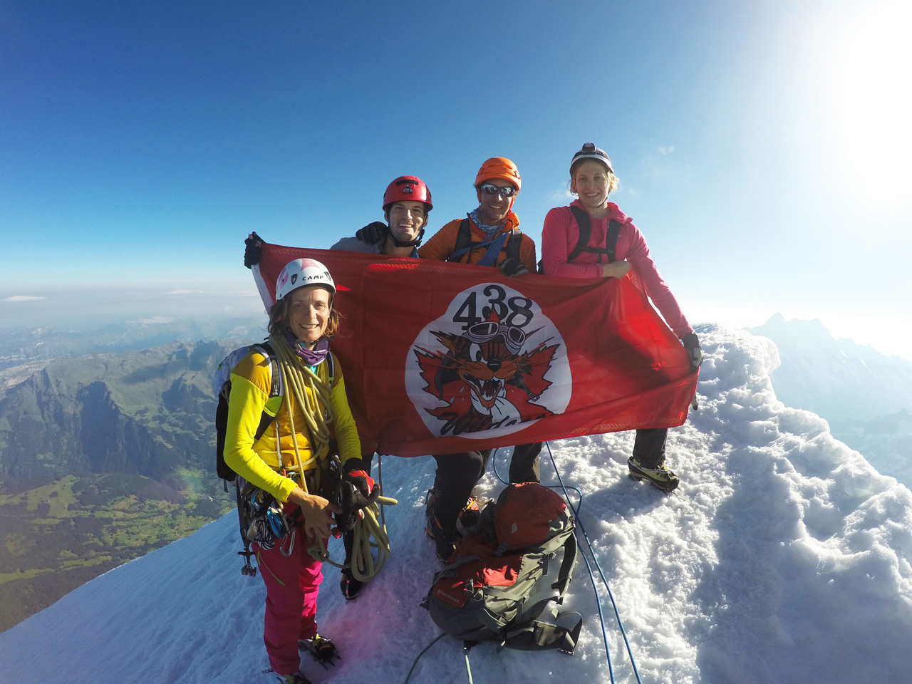 Stéphanie Maureau, Antoine Labranche, Guillaume Omont et Alina Zagaytova, tenant le drapeau du 438 ETAH au sommet du Eiger.