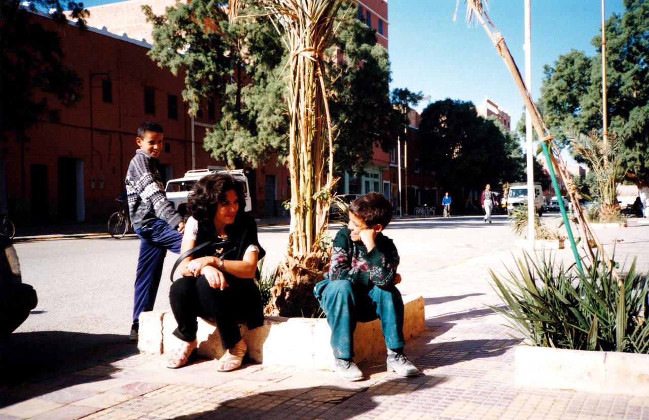 Maryse Casol avec des enfants en 1999 dans la ville d'Erfoud au Maroc.